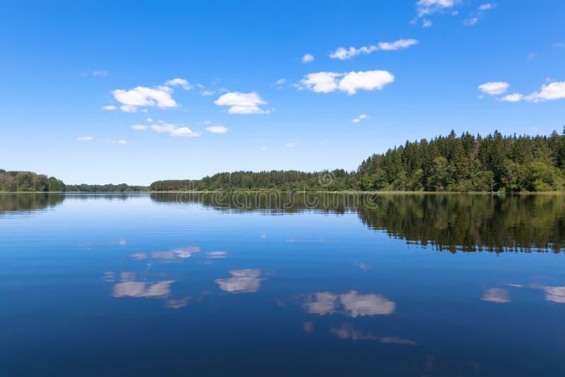 Blauwe hemel en blauw meer in de zomer Beroemd meer Seliger Rusland royalty-vrije stock afbeelding