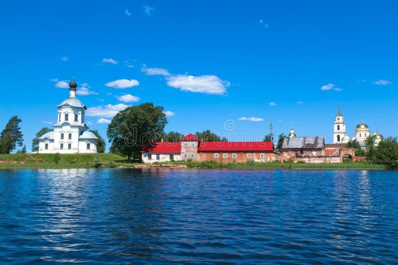 Blauwe hemel en blauw meer in de zomer Witte Kerk Beroemd meer Seliger Rusland stock afbeelding