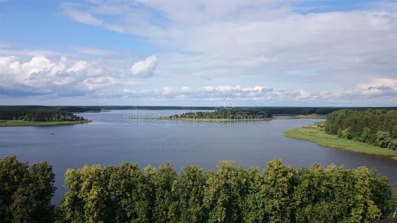 Blauwe hemel en blauw meer in de zomer De witte wolken worden weerspiegeld in het water Het beroemde meer Seliger Rusland royalty-vrije stock afbeelding