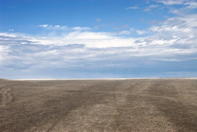 Blauwe hemel en bruine grond royalty-vrije stock foto