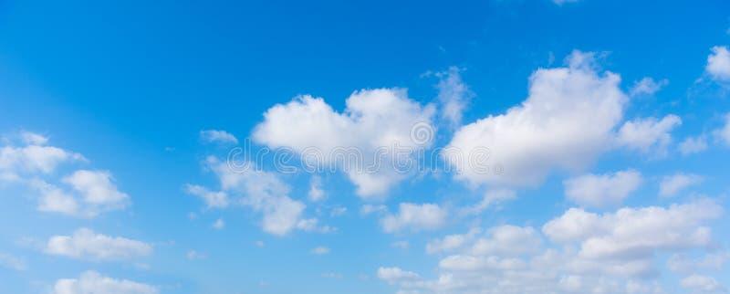 Blauwe hemel en cumuluswolken royalty-vrije stock foto's