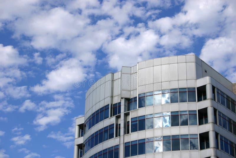 Blauwe hemel en de moderne bouw stock foto