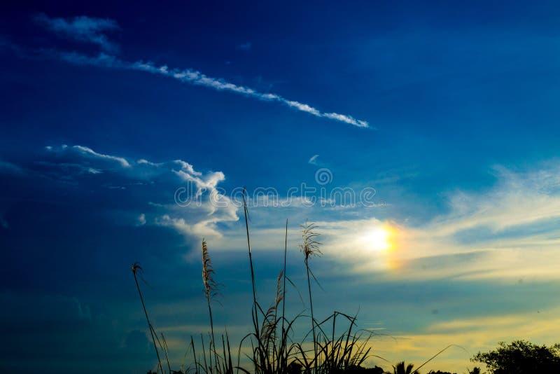 Blauwe hemel en de zonsondergang royalty-vrije stock foto's
