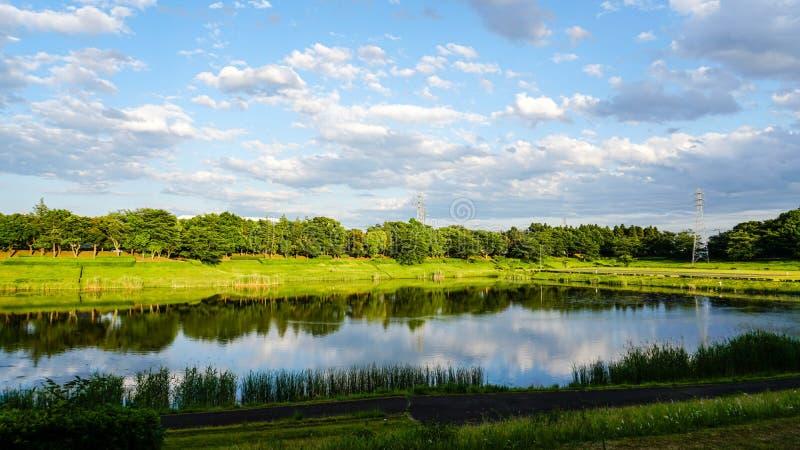 Blauwe hemel en duidelijk water stock fotografie