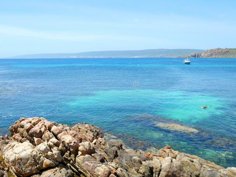 Blauwe hemel en duidelijk water in Kanaalrotsen stock foto