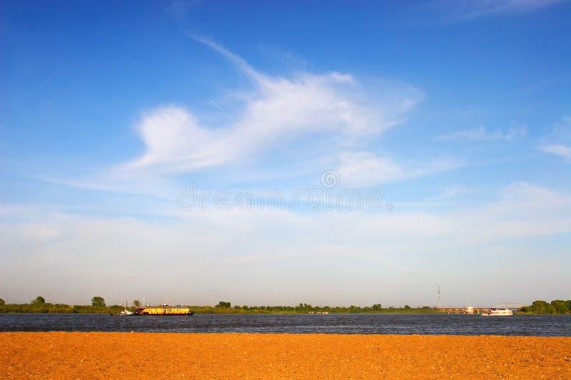 Blauwe hemel en geel zand. stock afbeelding
