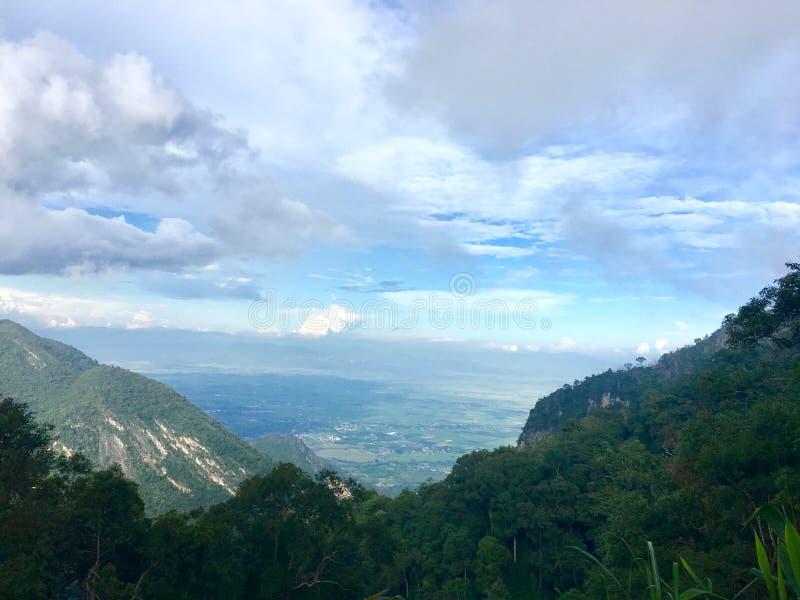 Blauwe hemel en groene vallei stock afbeeldingen