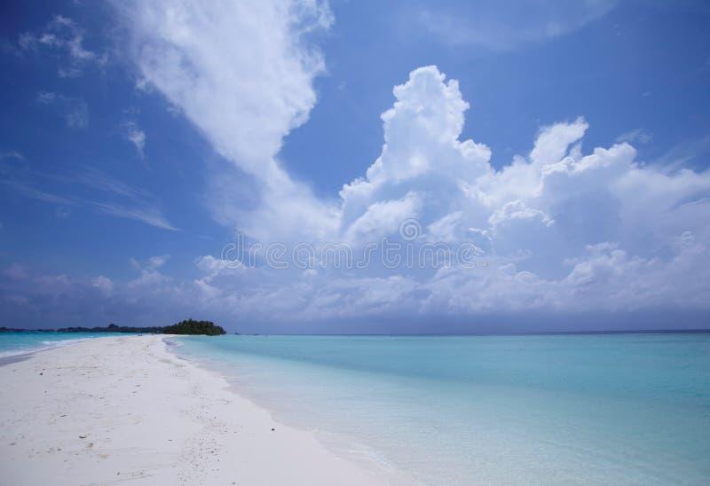 Blauwe hemel en oceaan bij strand royalty-vrije stock foto's