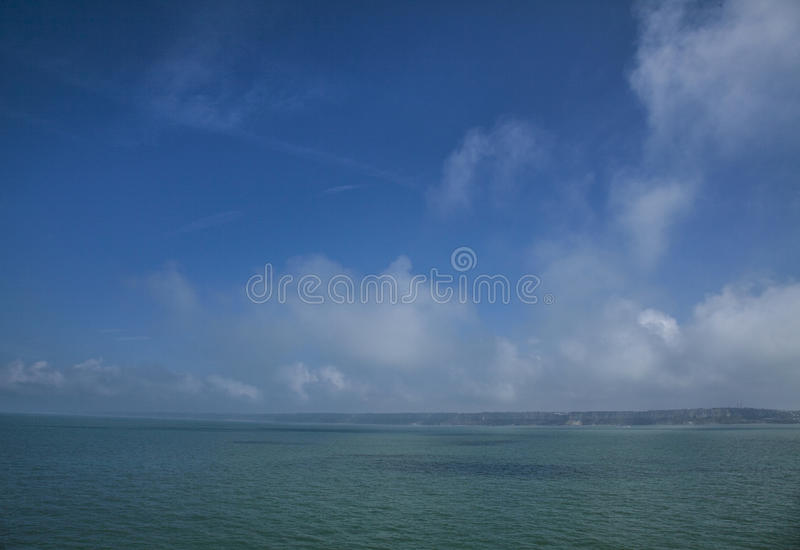 Blauwe hemel en overzees, kust van Normandië, Frankrijk stock afbeeldingen
