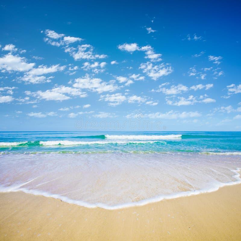 Blauwe hemel en overzees of oceaan royalty-vrije stock fotografie