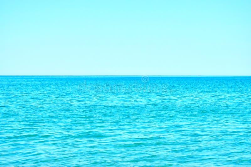 Blauwe hemel en overzeese horizon stock afbeelding