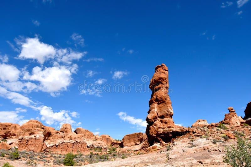 Blauwe hemel en rode rotsen bij Bogen Nationaal Park stock foto's