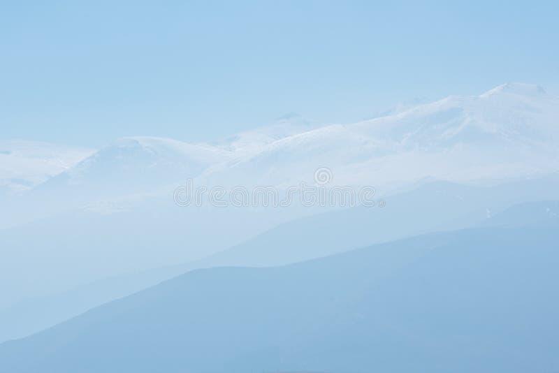 Blauwe hemel en sneeuwbergen stock fotografie