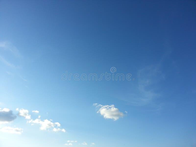 blauwe hemel en uiterst kleine wolk stock foto
