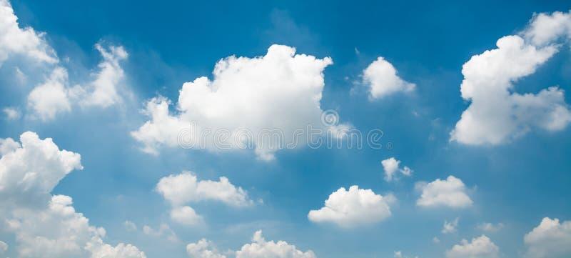 Blauwe hemel en uiterst kleine wolken stock afbeeldingen