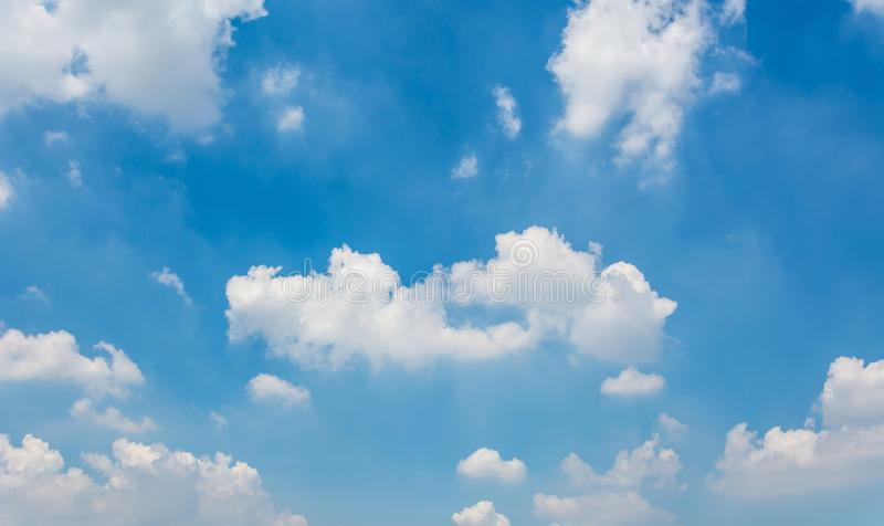 Blauwe hemel en uiterst kleine wolken stock afbeelding