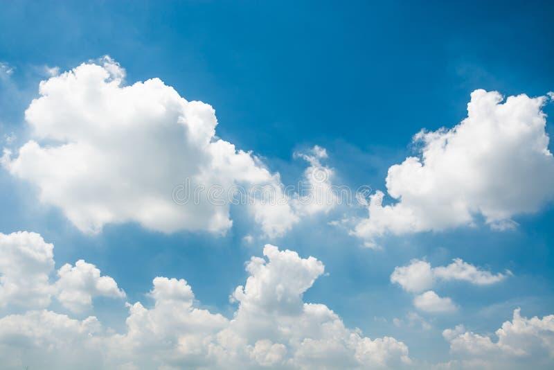 Blauwe hemel en uiterst kleine wolken royalty-vrije stock fotografie