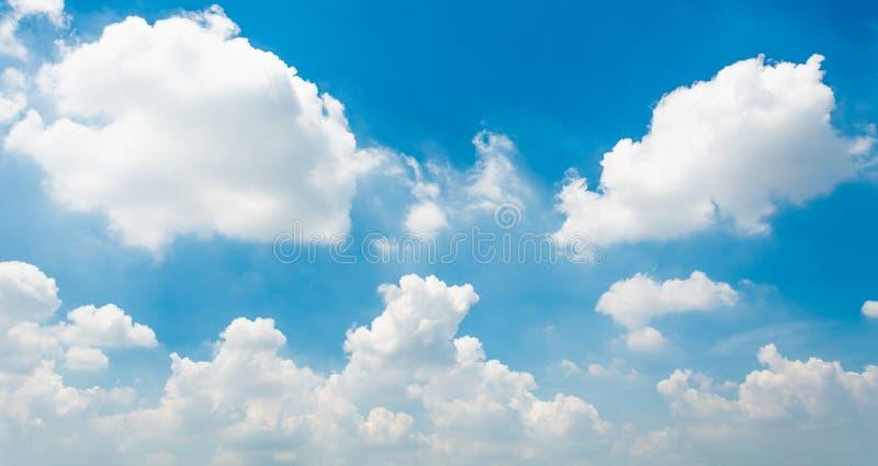 Blauwe hemel en uiterst kleine wolken stock fotografie