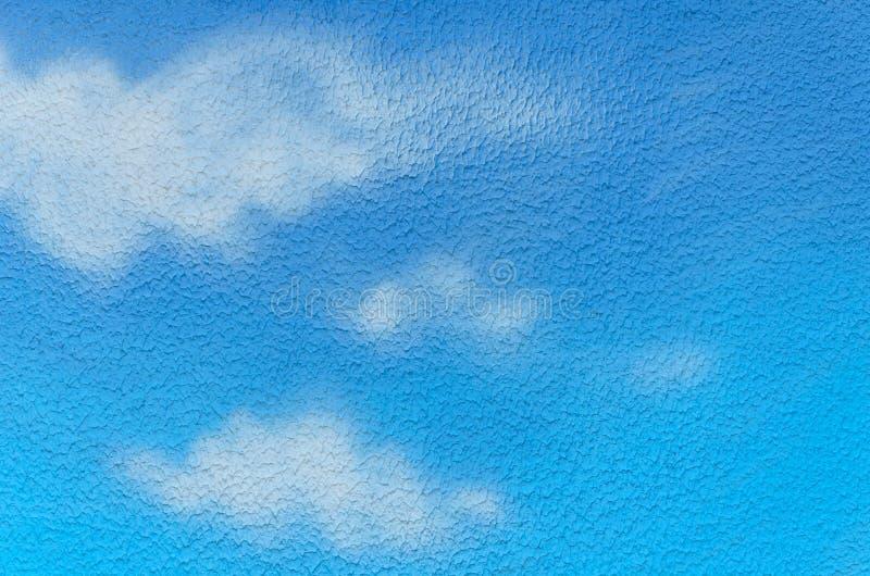 Blauwe hemel en witte die wolken op de muur wordt geschilderd stock foto's