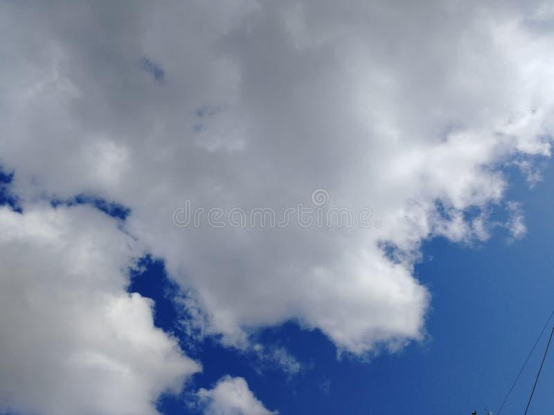 Blauwe hemel en witte grijze wolken royalty-vrije stock afbeelding