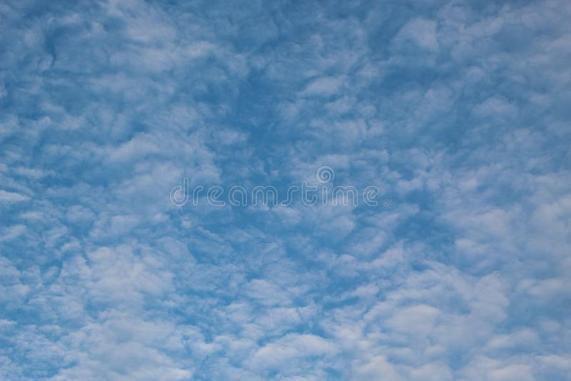Blauwe hemel en witte wolk op een fijne dag stock foto's