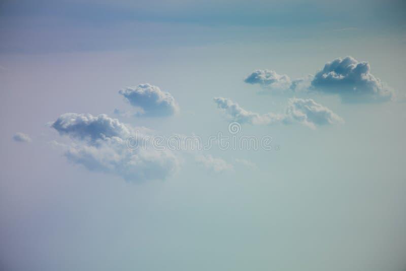 Blauwe hemel en witte wolken abstracte achtergrond stock afbeeldingen
