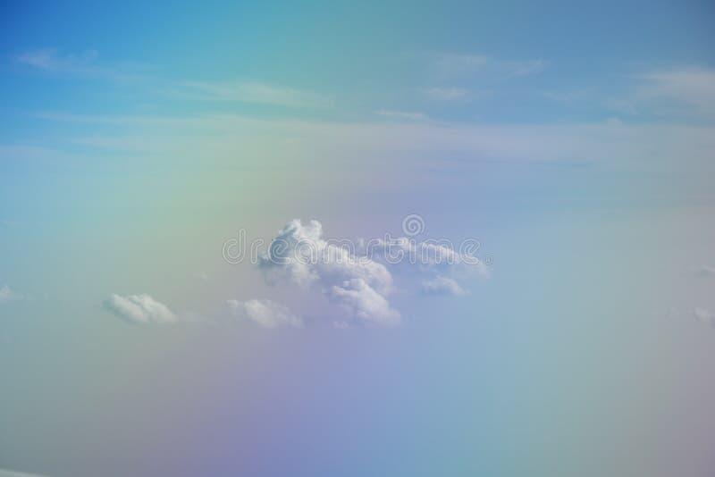 Blauwe hemel en witte wolken abstracte achtergrond royalty-vrije stock fotografie