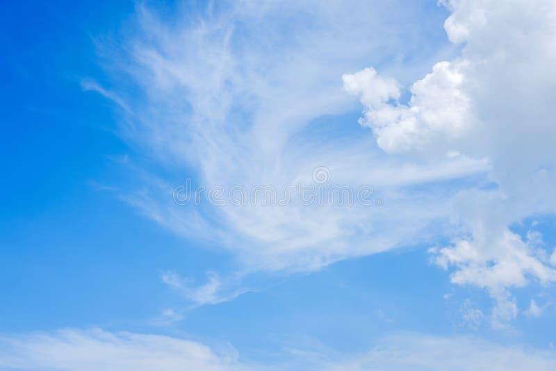 Blauwe hemel en witte wolken royalty-vrije stock foto's