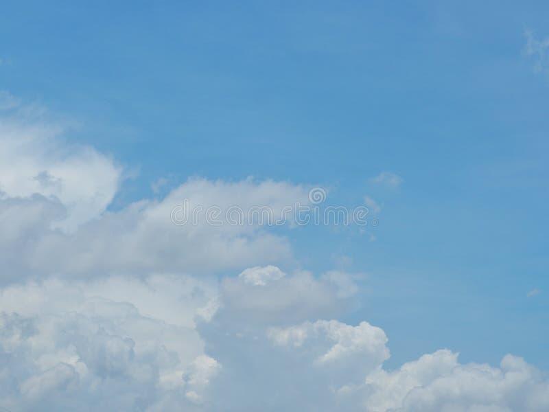 Blauwe hemel en witte wolken Het is mooi en helder in de zomer Het ogenblik van geluk en vrijheid royalty-vrije stock foto