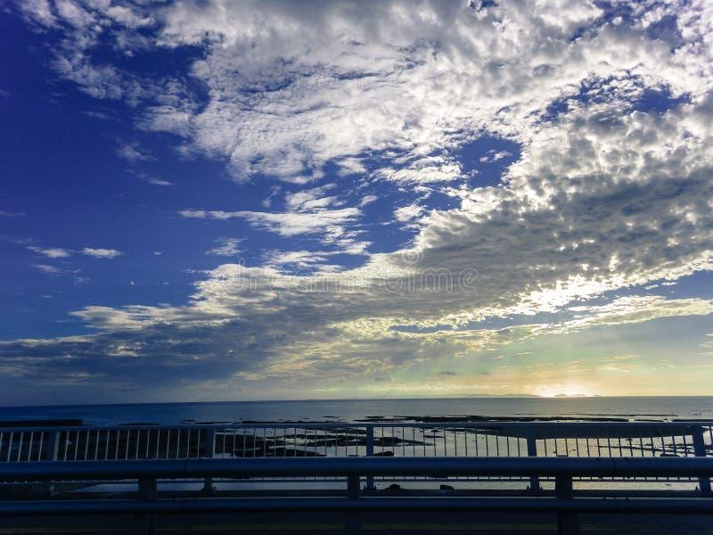 Blauwe hemel en witte wolken in Zuideneiland royalty-vrije stock afbeelding