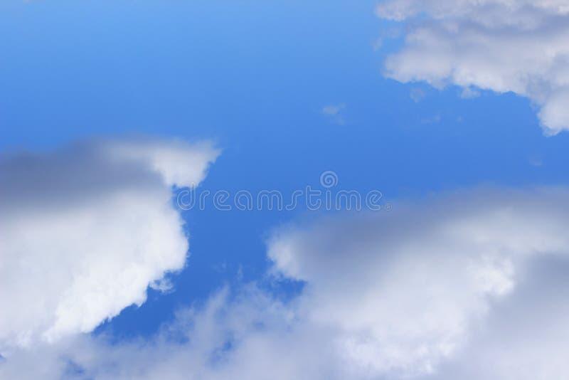 Blauwe Hemel en Witte Wolkenachtergrond met Heel wat Exemplaarruimte voor Tekst royalty-vrije stock foto