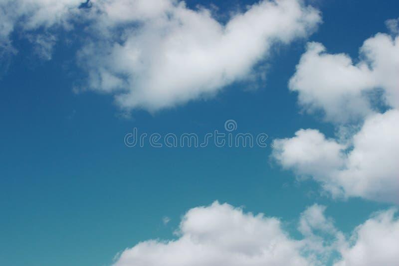 Blauwe Hemel en Witte Wolkenachtergrond met Heel wat Exemplaarruimte voor Tekst stock foto