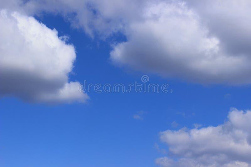 Blauwe Hemel en Witte Wolkenachtergrond met Heel wat Exemplaarruimte voor Tekst royalty-vrije stock fotografie