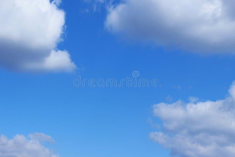 Blauwe Hemel en Witte Wolkenachtergrond met Heel wat Exemplaarruimte voor Tekst stock afbeelding