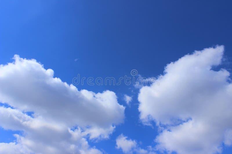 Blauwe Hemel en Witte Wolkenachtergrond met Heel wat Exemplaarruimte voor Tekst royalty-vrije stock afbeeldingen