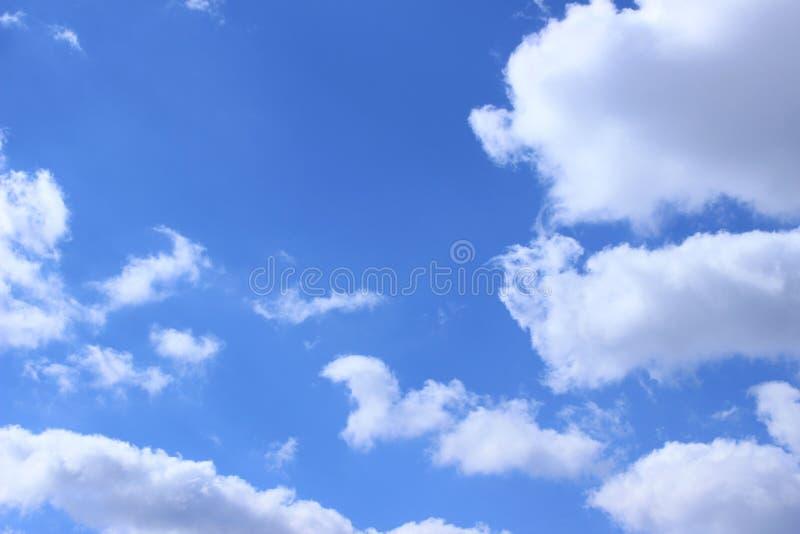 Blauwe Hemel en Witte Wolkenachtergrond met Heel wat Exemplaarruimte voor Tekst stock fotografie
