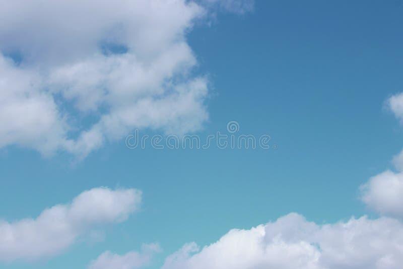 Blauwe Hemel en Witte Wolkenachtergrond met Heel wat Exemplaarruimte voor Tekst royalty-vrije stock afbeelding