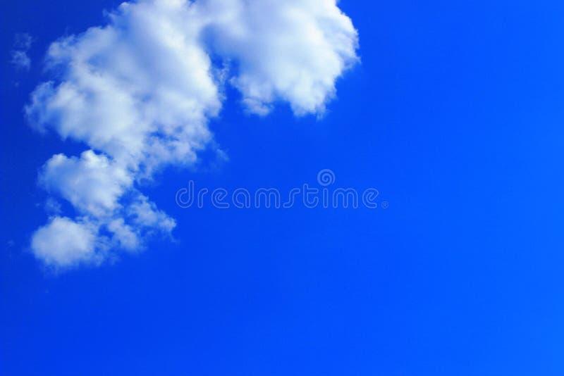 Blauwe Hemel en Witte Wolkenachtergrond met Heel wat Exemplaarruimte voor Tekst royalty-vrije stock foto's