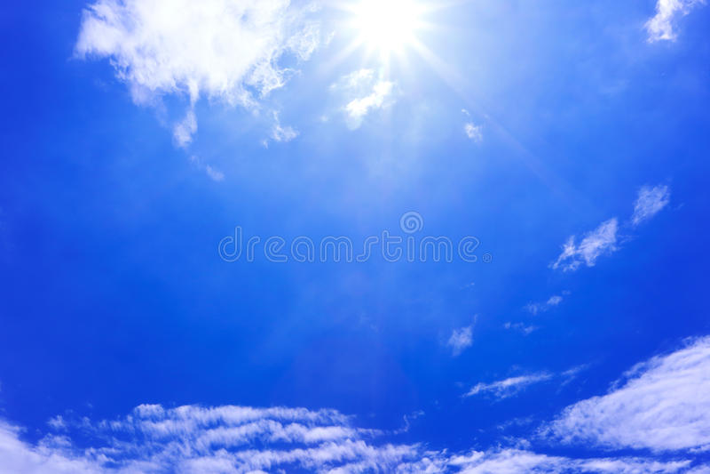 Blauwe hemel en wolk met zonlicht stock fotografie
