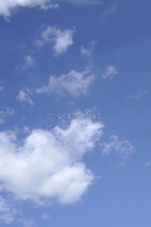 Blauwe hemel en wolk op bewolkte dag geweven achtergrond royalty-vrije stock afbeeldingen