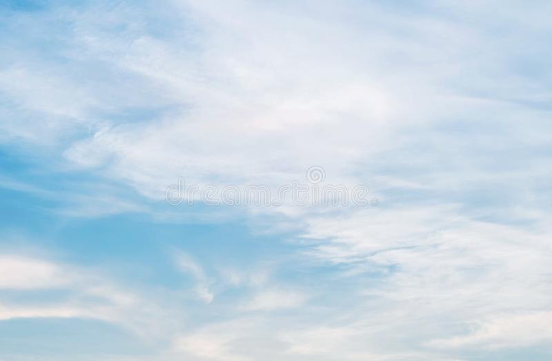 Blauwe hemel en wolk op bewolkte dag geweven achtergrond stock afbeelding