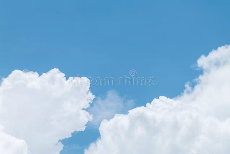 Blauwe hemel en wolk op bewolkte dag geweven achtergrond royalty-vrije stock foto