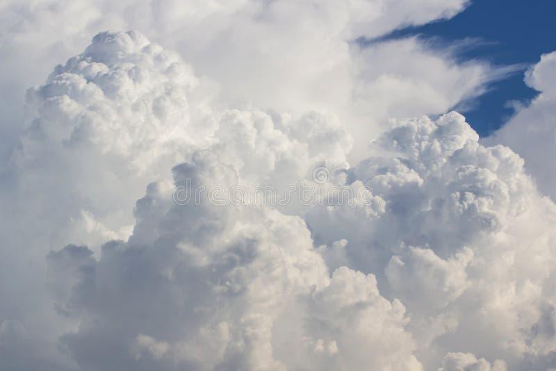 Blauwe hemel en wolken stock afbeeldingen