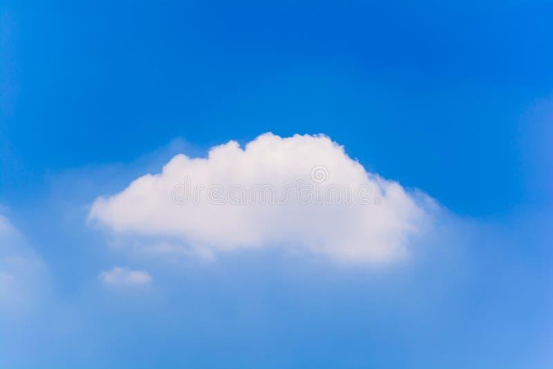 Blauwe hemel en wolken in de zomer royalty-vrije stock foto