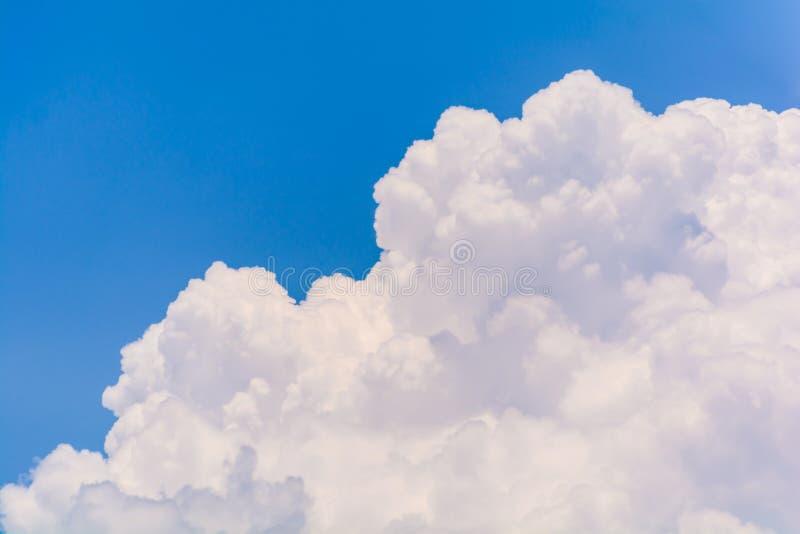 Blauwe hemel en wolken in de zomer stock foto's