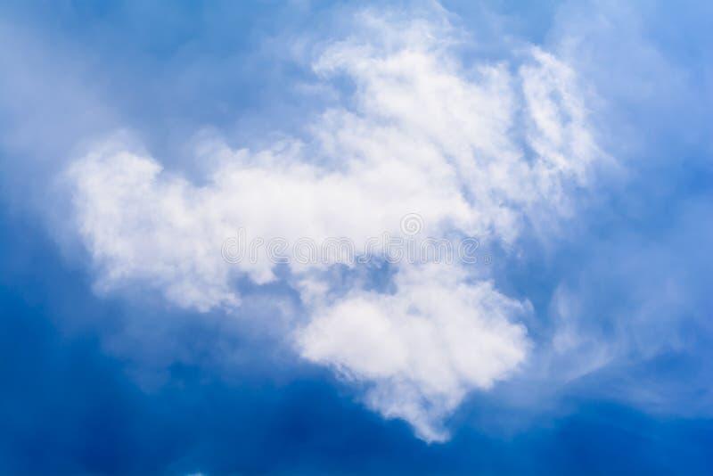 Blauwe hemel en wolken in de zomer royalty-vrije stock fotografie