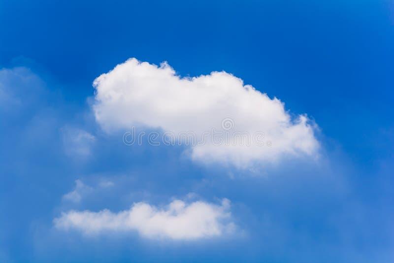Blauwe hemel en wolken in de zomer stock afbeelding