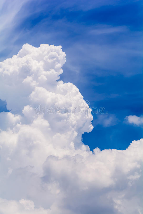 Blauwe hemel en wolken in de zomer royalty-vrije stock afbeeldingen