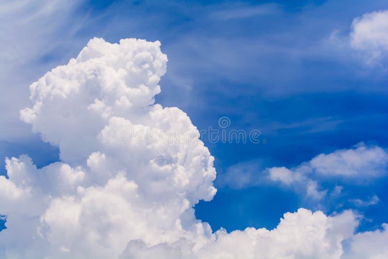 Blauwe hemel en wolken in de zomer stock fotografie