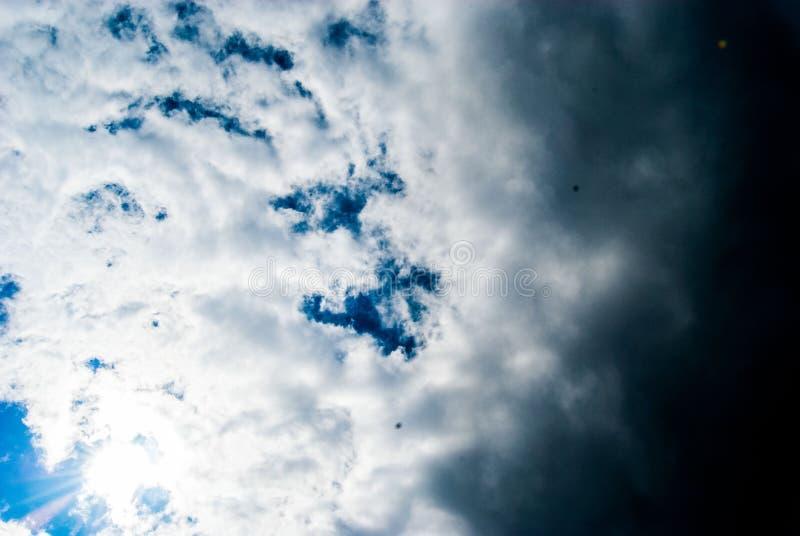 Blauwe hemel en wolken en inkomend onweer stock afbeelding